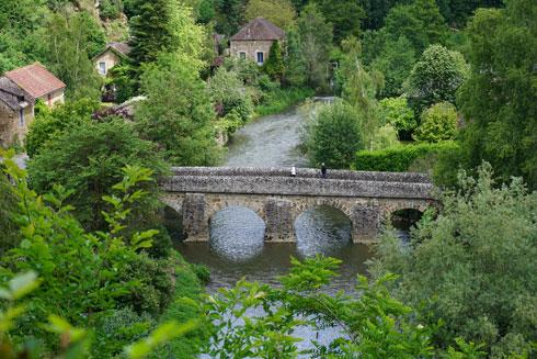 גשר עתיק, כפר מסוגנן. הנופים של נורמנדי  (צילום: צביקה בורג)