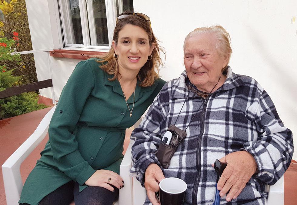 """לי גרינוולד עם אילוז ורגה, בביתה של ורגה בבודפשט. """"סגרתי מעגל בשביל המשפחה""""  (צילום: אלבום פרטי)"""