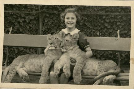 ילדה יהודיה בביקור בגן החיות של ברלין, 1937 (צילום: באדיבות המוזאון לזכרון השואה בוושינגטון)