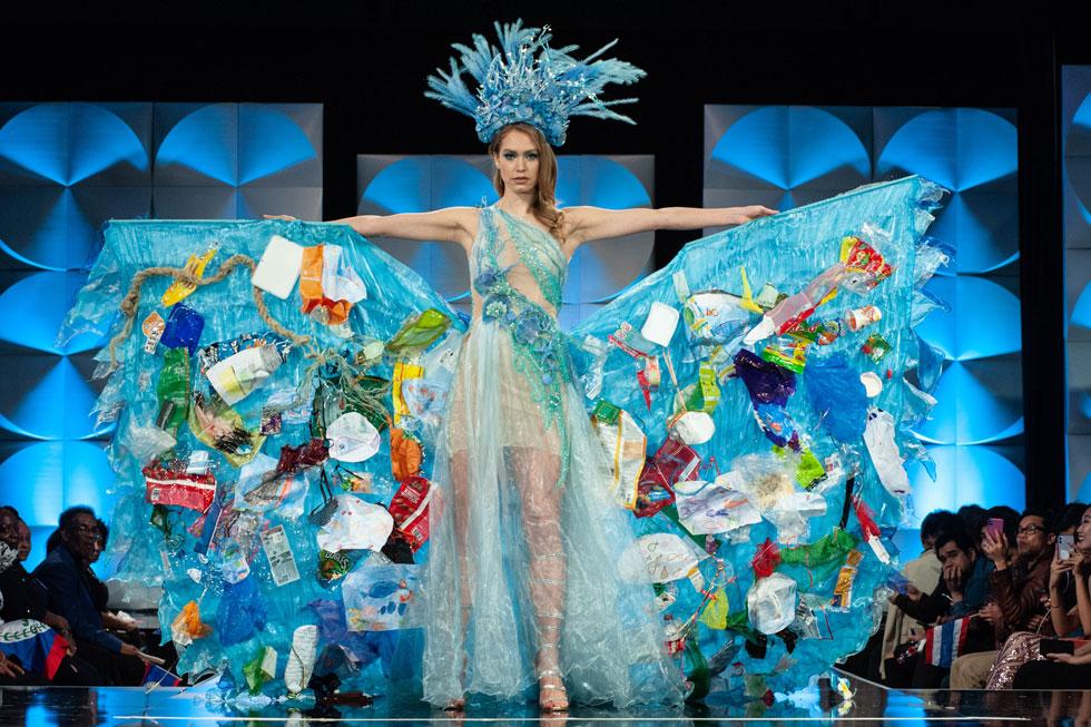 אלת הים הצפוני. מיס הולנד עם אריזות הפלסטיק על השמלה - במחאה על זיהום האוקיינוס  (צילום: Patrick Prather, Miss Universe)