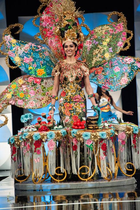 """מלזיה - הזוכה בתחרות """"השמלה הלאומית""""  (צילום: Patrick Prather, Miss Universe)"""