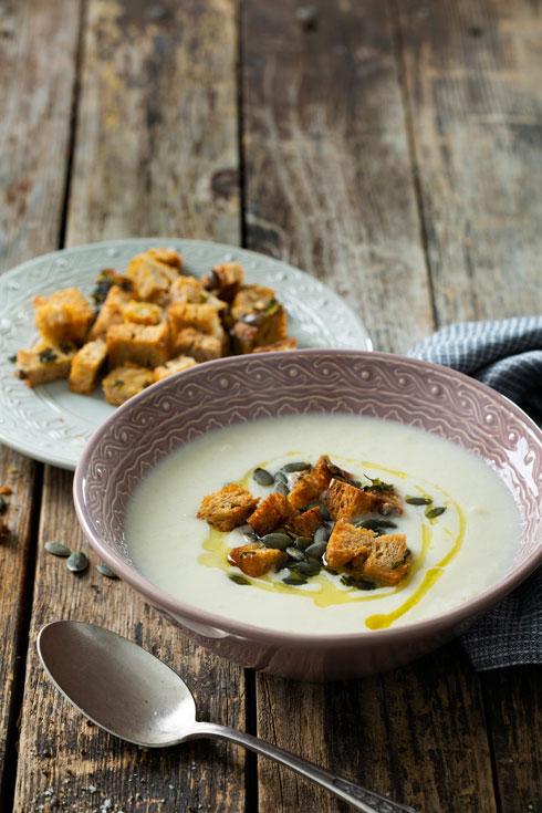 מרק כרובית קרמי (צילום: בועז לביא, סגנון: ענת לבל)