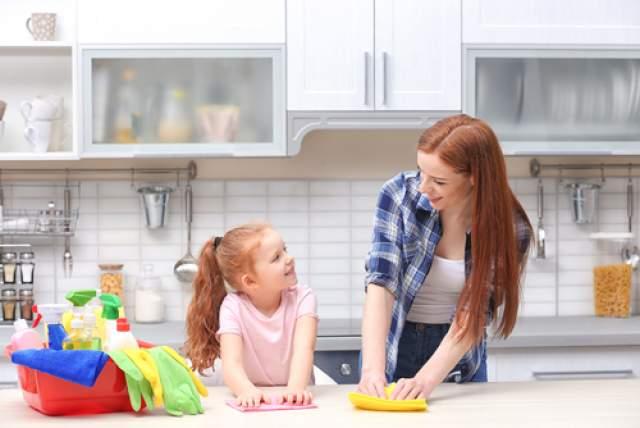 Дети, помогающие по дому, больше уверены в себе и лучше учатся. Фото: shutterstock