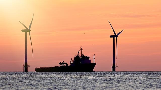 טורבינות רוח בים (צילום: shuttersotck)