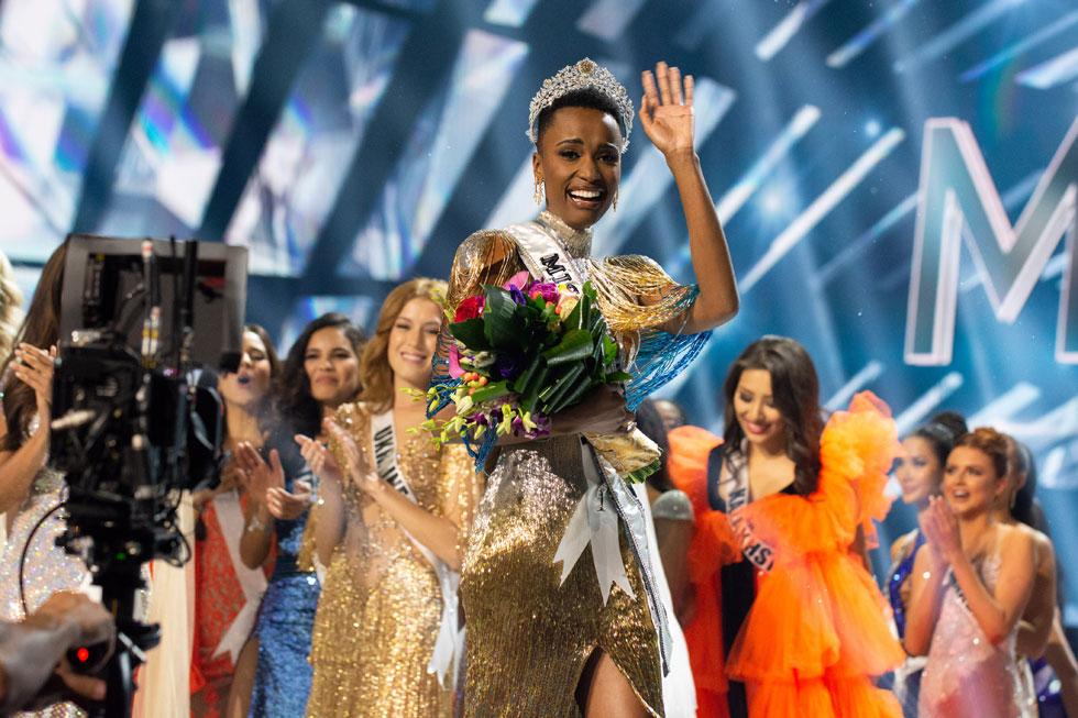 זוזיביני טונזי (26) מדרום אפריקה היא מיס יוניברס לשנת 2019  (צילום: Frank L Szelwach, Miss Universe)