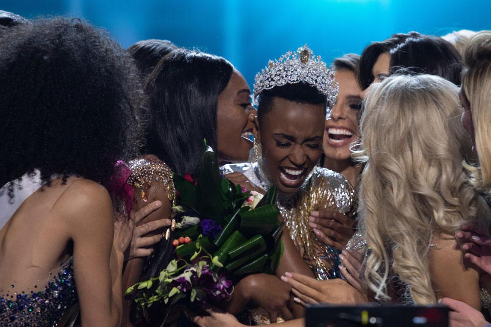 עם המתמודדות, רגע אחרי הזכייה המרגשת (צילום: Alex Mertz, Miss Universe)