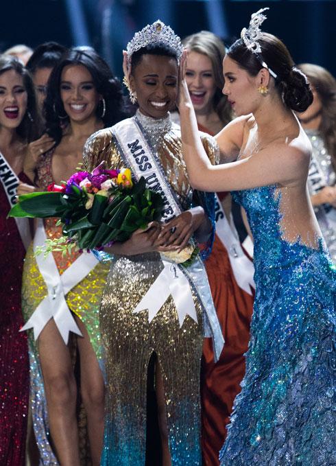 מיס יוניברס היוצאת והנכנסת  (צילום: Alex Mertz, Miss Universe)