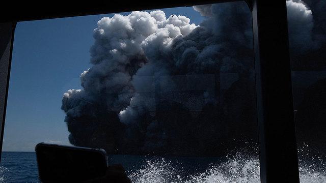 עשן התפרצות הר געש האי הלבן ניו זילנד (צילום: MICHAEL SCHADE / EPA)