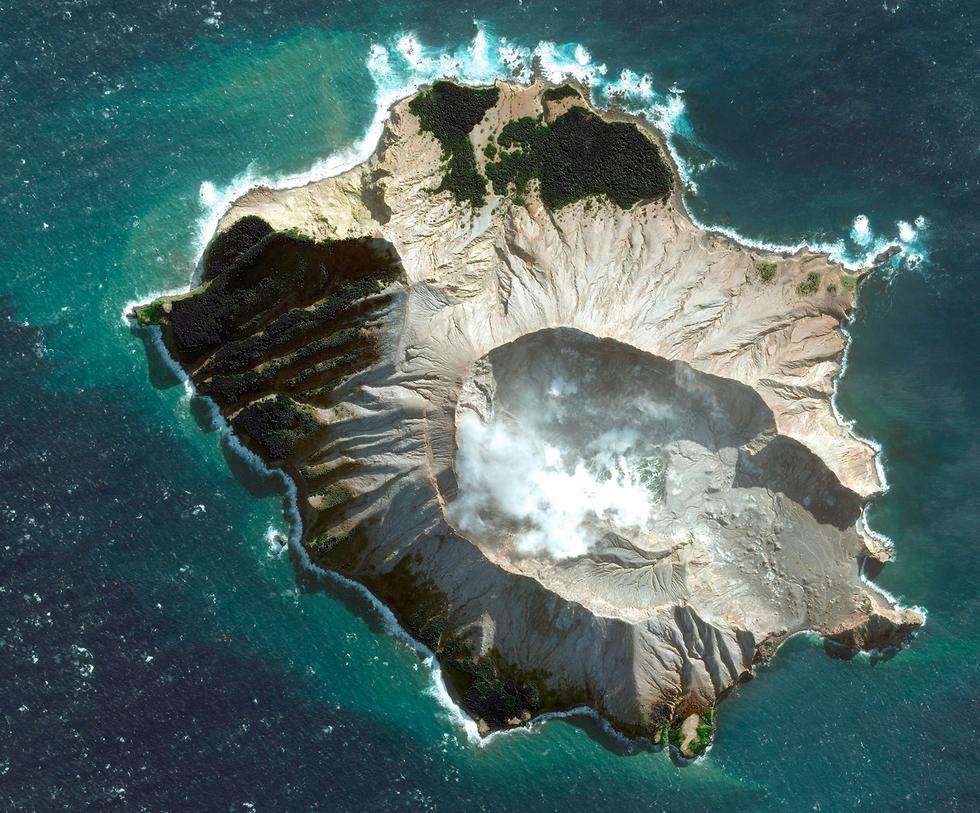 הר געש האי הלבן ניו זילנד תמונת לוויין לפני  (צילום: AP)