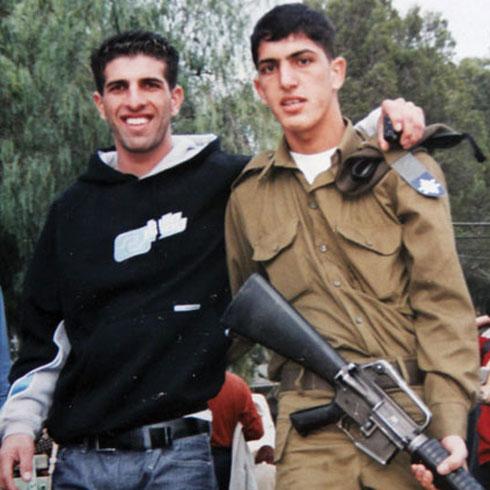 שני האחים אינם. יוני שבי (מימין) התאבד ואחיו חיים שבי נרצח באותה שנה (צילום: אלבום פרטי)