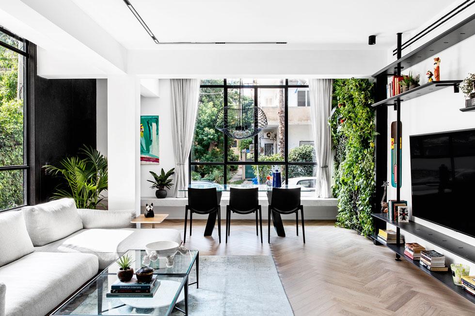הדירה בת 94 מטרים רבועים. בשיפוץ, שנמשך כ-5 חודשים, היא חולקה מחדש. כל הרהיטים הובאו בייבוא אישי מאיטליה, תוך 3 חודשים, במכולה אחת שעלותה 700 יורו. לדברי הדייר מדובר בחיסכון של כ-30% במחיר (צילום: איתי בנית)