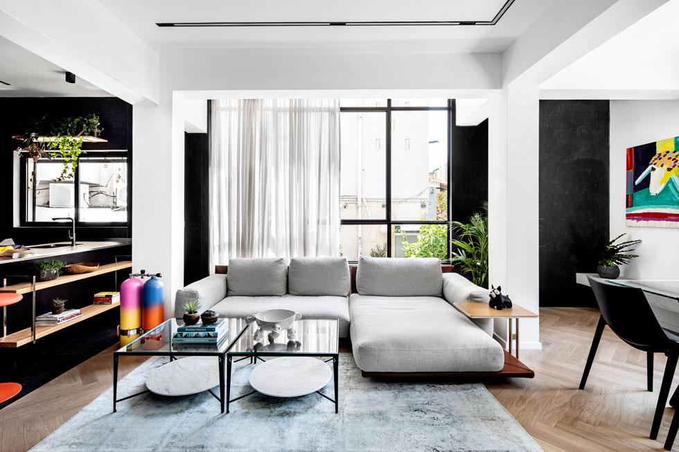 """גם הספה הגיעה במכולה. איך קונים רהיטים באיטליה? """"באתר של הספק יש קטלוגים ומפרטים של כל רהיט ופריט. בוחרים דגם, מידה, צורה, חומר, סוג בד וצבע. לכל פריט יש זמן יצור שונה, משבוע עד חודש וחצי. עושים רשימה ושולחים לספק""""   (צילום: איתי בנית)"""