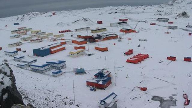 תחנת המחקר של צ'ילה ב אי המלך ג'ורג' ליד אנטרקטיקה  ()