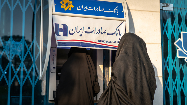 כספומט בנק ב איראנים איראן אילוסטרציה  (צילום: shutterstock)
