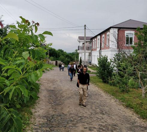 מפגש בין יוגה ותפילה. עומר ויעקב במז'יבוז', אוקראינה