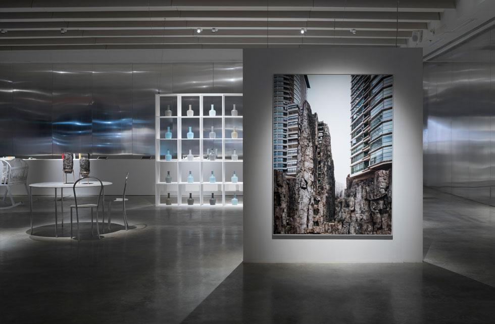 מתוך תערוכת העשור ''אקסטרים'', שנפתחת היום (חמישי) במוזיאון העיצוב חולון. ''אנחנו חיים בהלך רוח של קיצוניות והחמרה של אתגרים שמהם איננו יכולים להימלט'', אומר אריק צ'ן, אחד משלושת האוצרים. ''במידה רבה, התערוכה היא קריאה להתמתנות'' (צילום: אלעד שריג)