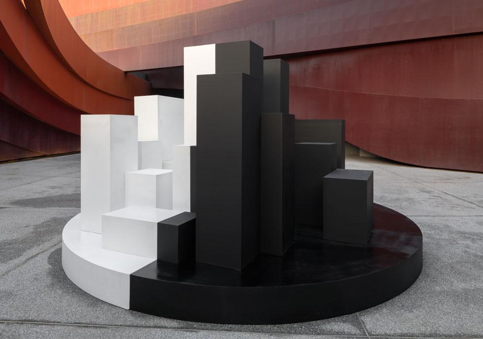 ברחבת מוזיאון העיצוב מוצג ''הלבן הקריר ביותר'', שפותח כדי להשפיע על הטמפרטורה סביבו (צילום: אלעד שריג)