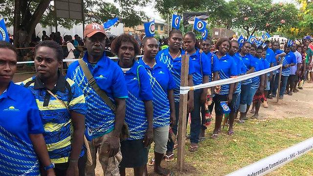 מצביעים ב משאל עם על עצמאות ב בוגנוויל (צילום: AP)