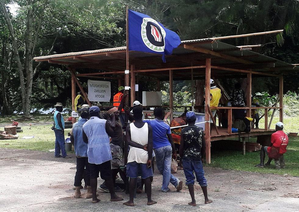 מצביעים ב משאל עם על עצמאות ב בוגנוויל (צילום: רויטרס)