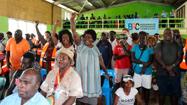 צהלות שמח אחרי ההכרזה על תוצאות משאל העם עם ל עצמאות ב בוגנוויל  (צילום: AP)