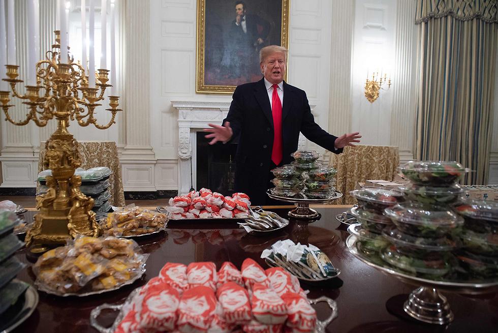 תמונות השנה AFP טראמפ מאות המבורגרים אירח קבוצת פוטבול בבית הלבן (צילום: AFP)