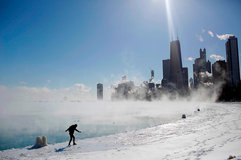 תמונות השנה AFP צעידה בקרח אגם מישיגן ארה