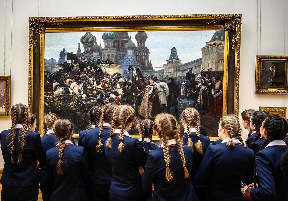 תמונות השנה AFP ילדות מביטות בציור בוקר הוצאתם להורג של הסטרלצים גלריה מוסקבה (צילום: AFP)