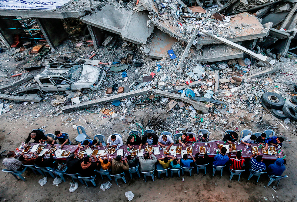תמונות השנה AFP ארוחת שבירת צום עזה רמדאן בניין הרוס (צילום: AFP)