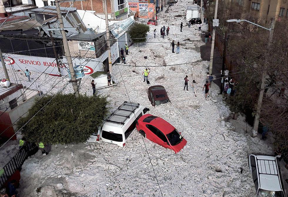 תמונות השנה AFP ברד קבר מכוניות מקסיקו גוודלחארה  (צילום: AFP)