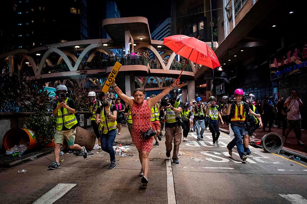 תמונות השנה AFP מפגינה הונג קונג אהבה מטרייה  (צילום: AFP)
