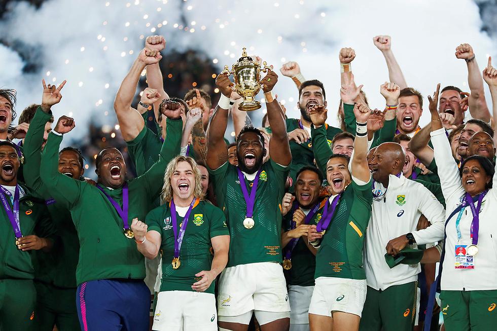 תמונות השנה AFP דרום אפריקה חוגגת זכייה אליפות העולם ב ראגבי יפן (צילום: AFP)