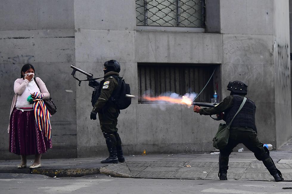 תמונות השנה AFP כוחות הביטחון מפזרים מפגינים לה פס בוליביה (צילום: AFP)