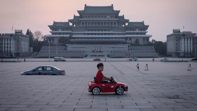 תמונות השנה AFP ילד מכונית צעצוע חשמלית פיונגיאנג  (צילום: AFP)