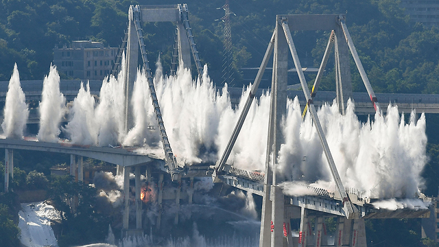 תמונות השנה AFP פיצוץ שרידי גשר מורנדי גנואה איטליה  (צילום: AFP)