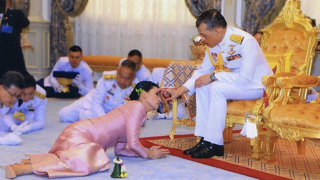 תמונות השנה AFP תאילנד חתונת המלך מאהה וצ'ירלונגקון ושומרת הראש סוטהידה (צילום: AFP)