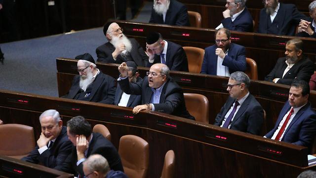 אחמד טיבי בויכוח סוער עם יולי אדלשטיין לפני הצבעת החוק בקריאה שניה ושלישית לפיזור הכנסת (צילום: אלכס קולומויסקי)