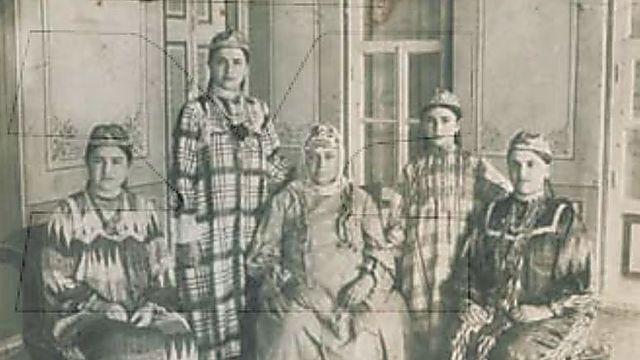 דבורה דוידוף, יושבת מימין ( באדיבות צביה כהן)
