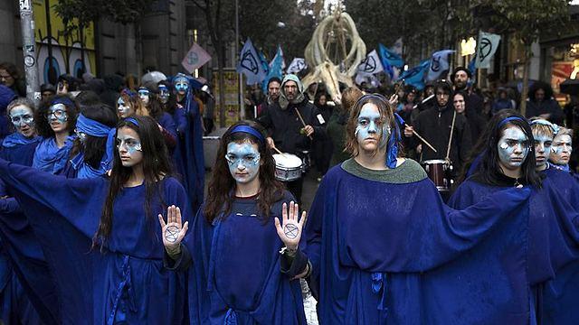 מחאה ליד המקום בו מתכנסת ועידת האקלים, השבוע (צילום: Getty Images)