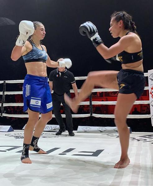 נילי בלאק ויריבתה במהלך הקרב (צילום: פרטי)