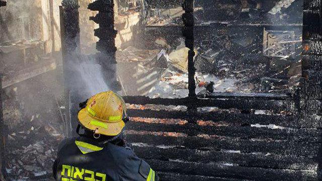 זירת השריפה בדירה ברמלה בה נהרג איברהים אבו גאנם (צילום: דוברות כבאות והצלה)