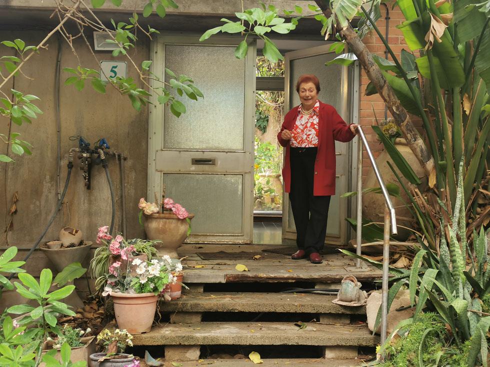 """רחל מולר בביתה. """"לארץ בלי תעשייה אין עתיד"""" (צילום: איתי יעקב)"""