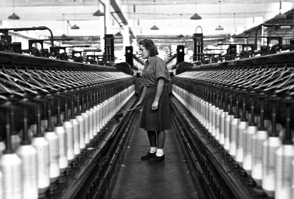 """מפעל אתא, 1947 (צילום: זולטן קלוגר, לע""""מ)"""