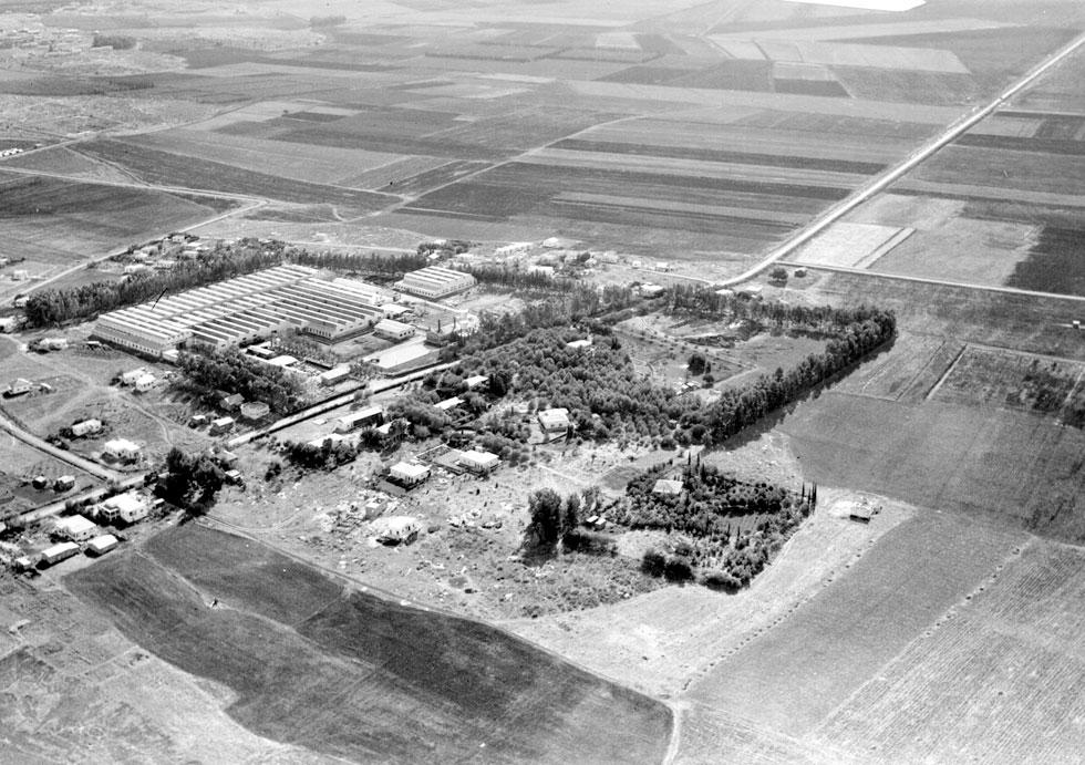 """צילום אווירי של מפעל אתא, 1947 (צילום: זולטן קלוגר, לע""""מ)"""
