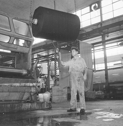 """""""לא היו קווי טלפון, כבישים וגם לא חשמל. הכל עשו לבד"""". 1959 (צילום: דוד רובינגר)"""