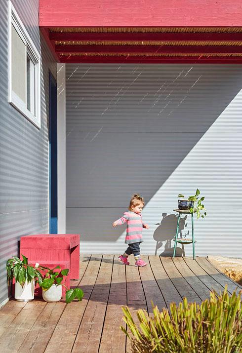 הפרגולות שמקיפות את הבית מצלות עליו ועוזרות לשמור על טמפרטורה מאוזנת (צילום: שי גיל)