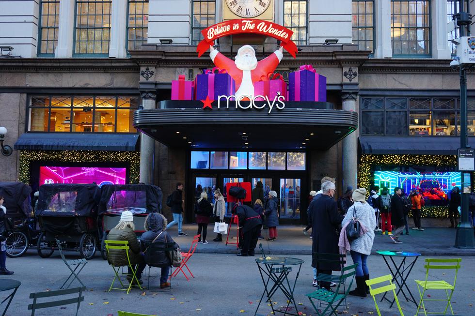 גם החנויות לובשות חג. בית הכלבו הענק של מייסיס (macys)   (צילום: צביקה בורג)