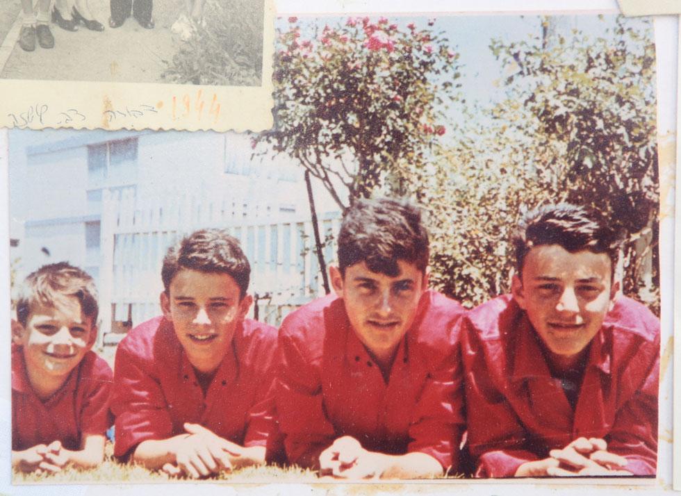 גדי בן דרור (למעלה) והכי שמאלי בתמונה עם אחיו אדורם, אדי ואמנון (צילום: אלבום פרטי)