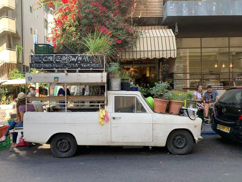 לפני השינוי. טנדר, שהוא אזור אירוח של בית קפה זעיר ברחוב לוינסקי, חונה על שפת המדרכה