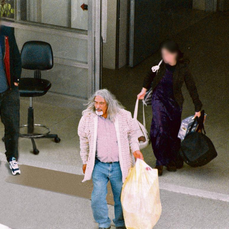 2000 . גואל רצון ואחת מנשותיו בבית החולים איכילוב, מתוך הכתבה שחשפה את הפרשה ב'ידיעות אחרונות'