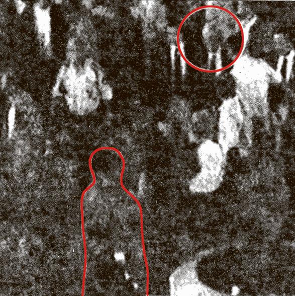 1. יגאל עמיר (בתחתית הצילום) ממתין ליצחק רבין (מסומן בעיגול) בירידה מהמדרגות של עריית תל אביב